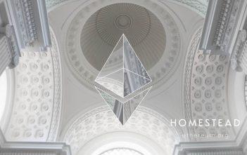 Ethereum ist eine dezentrale Applikations-Plattform, die auf Blockchain basiert und auf der Entwickler Smart Contracts programmieren können.